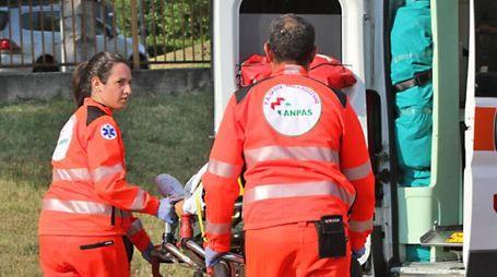Volontari durante un soccorso (foto di repertorio)