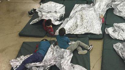 Bambini trattenuti al confine tra Messico e Usa (Ansa)