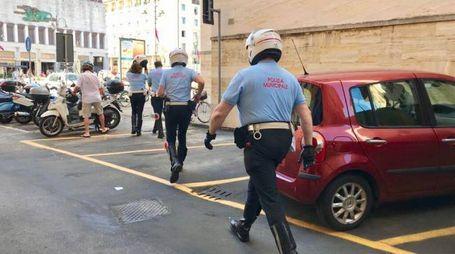 I vigili urbani e le ricerche intorno al Comune (Foto Novi)