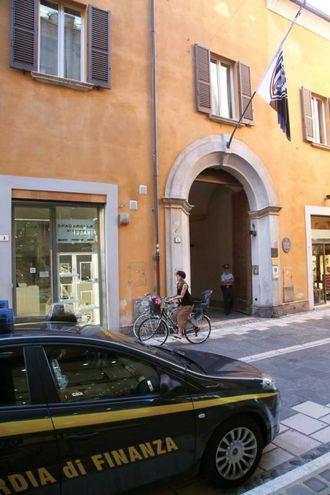 La Guardia di Finanza davanti alle sede del Cesena calcio (foto Ravaglia)