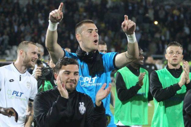 L'esultanza dei tifosi dopo la partita fra Cesena e Cremonese (foto Ravaglia)