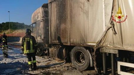 il camion distrutto dal fuoco