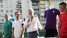 Giancarlo Antognoni e la nuova maglia della Fiorentina (foto Germogli)