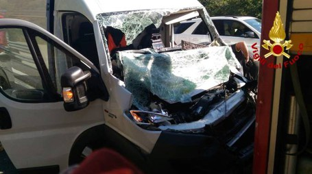 Il furgone che ha tamponato il mezzo pesante (foto: vigili del fuoco)