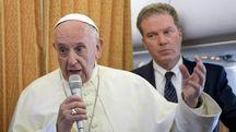 Papa Francesco sul volo di ritorno da Ginevra (Ansa)