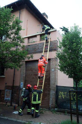 I soccorsi nella palazzina dove è scoppiato l'incendio (foto Print)