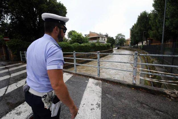 La polizia municipale controlla il livello delle acque (foto Print)