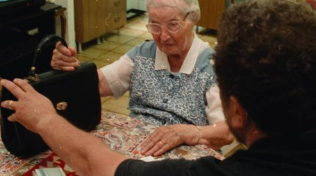 La raccomandazione degli inquirenti agli anziani
