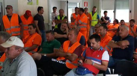 I lavoratori della ditta Astaldi e le ruspe ferme nel cantiere