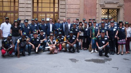 Foto di gruppo per i volontari con il sindaco Merola, l'assessore Aitini e il capo dei vigili Mignani
