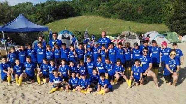 SCHIERATI I giovani gialloblù sulla spiaggia di Pesaro