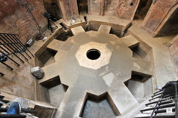 Teatro delle riprese anche la Conserva ottagonale di Valverde (più nota a Bologna come i Bagni di Mario)