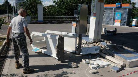Il distributore dei Romiti come si presentava ieri mattina. Sul posto è intervenuta la polizia (Frasca)