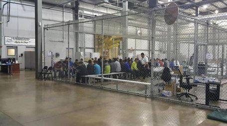 Le gabbie di detenzione al confine con il Messico (Ansa)