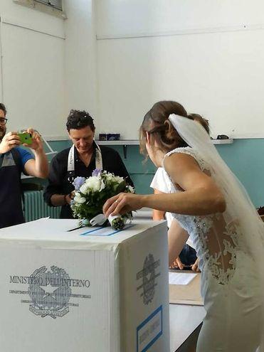 Francesca Gonnelli va a votare dopo la cerimonia di nozze