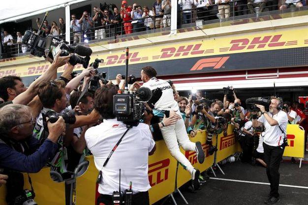 Hamilton festeggia la vittoria con il suo team (Ansa)