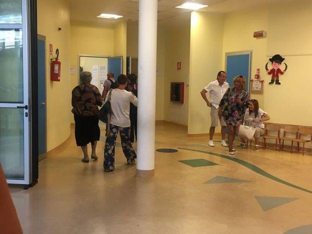 I cittadini di Porto Sant'Elpidio ai seggi (foto Colibazzi)