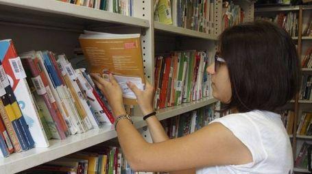 In piazza Macelli si vendono e acquistano i libri di scuola usati, grazie ai volontari di «Non solo libri onlus» Foto Attalmi