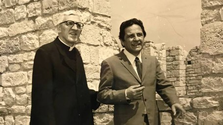 Il senatore Mario Santi con il vescovo Fiordelli sul camminamento del Castello