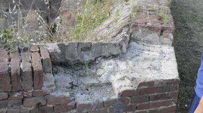 Ecco i risultati della notte di follia trascorsa dai vandali sulle Mura medicee: pareti imbrattate e mattoni divelti dalla cinta