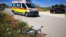 La bici a terra e i soccorsi sul posto