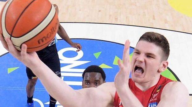 Il gigante lituano Arturas Gudaitis in azione