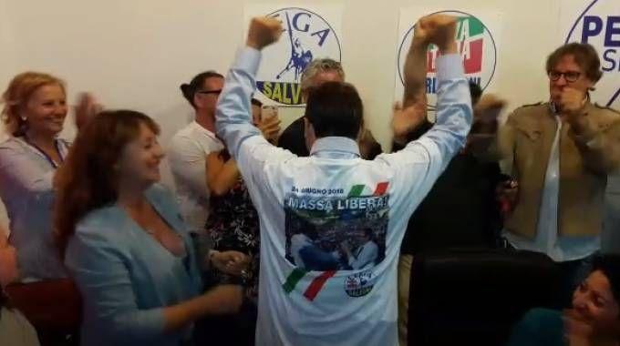 """Persiani con la maglietta """"Massa libera"""""""