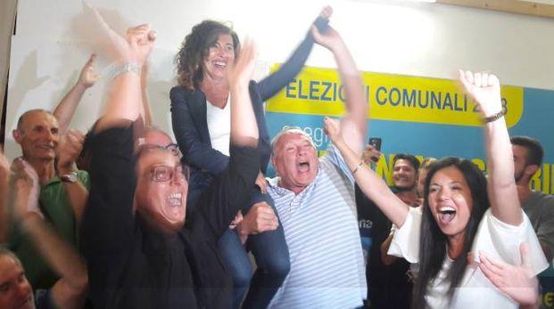 Il nuovo sindaco Stefania Signorini esulta con i suoi dopo la vittoria