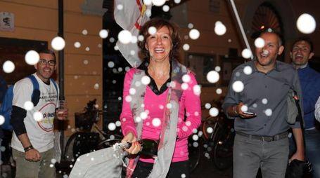 Manuela Sangiorgi brinda in piazza alla vittoria (foto Isolapress)