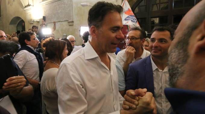 Michele Conti riceve i complimenti dei suoi elettori (Foto Valtriani)
