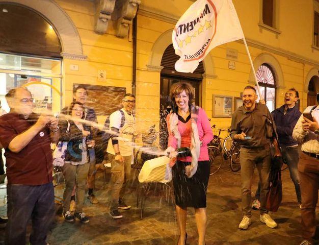 La neo sindaca festeggia in piazza (Isolapress)