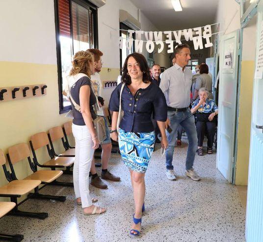 L'arrivo ai seggi della Cappello (foto Isolapress)