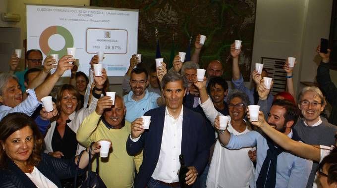 Marco Scaramellini brinda alla vittoria con i sostenitori (Anp)
