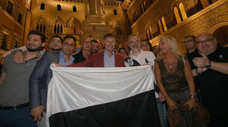 Il nuovo sindaco di Siena Luigi De Mossi festeggia i risultati del ballottaggio (Ansa)