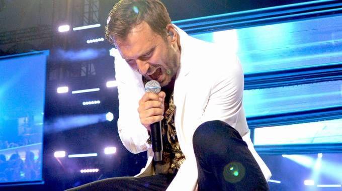 Cesare Cremonini durante il concerto sold out a San Siro a Milano
