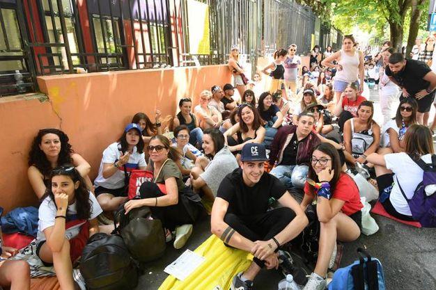 La fila dei fan in attesa in via dello Sport (foto Schicchi)