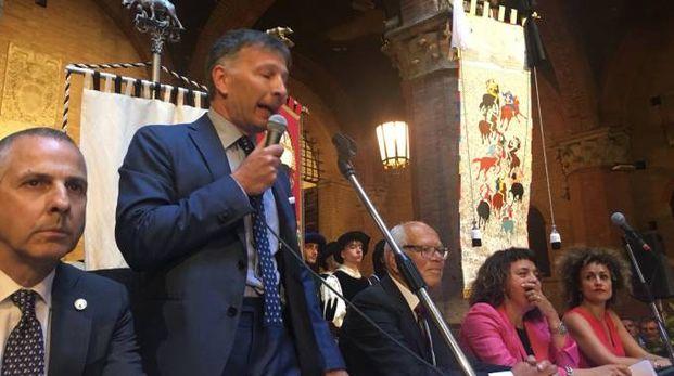 Il neo-sindaco De Mossi e il drappellone di Giannelli (Foto Lazzeroni)