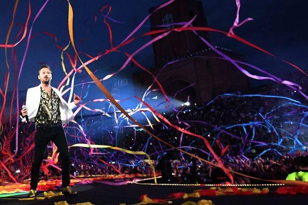 Cesare Cremonini sul palco allestito al Dall'Ara (Schicchi)