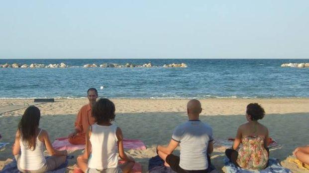 Civitanova, torna lo yoga in spiaggia
