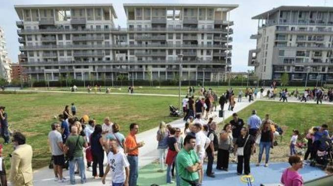 Residenti partecipano a una festa organizzata nei giardini pubblici in zona Rogoredo-Santa Giulia