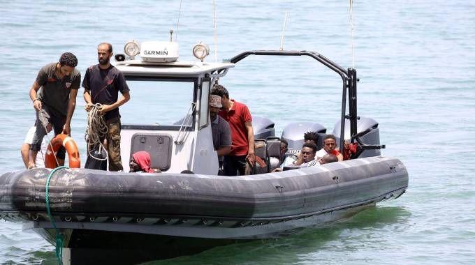 I migranti sopravvissuti dal naufragio in Libia (Lapresse)