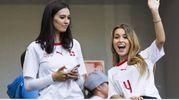 Melanie, fidanzata del difensore svizzero Manuel Akanji, e Alexandra, fidanzata del difensore Nico Elvedi (Ansa)