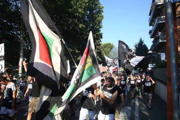 L'attaccamento ai colori bianconeri dei supporter del Cesena (foto Ravaglia)