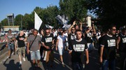 Un migliaio di tifosi sfilano dalla Curva Mare verso il centro (foto Ravaglia)