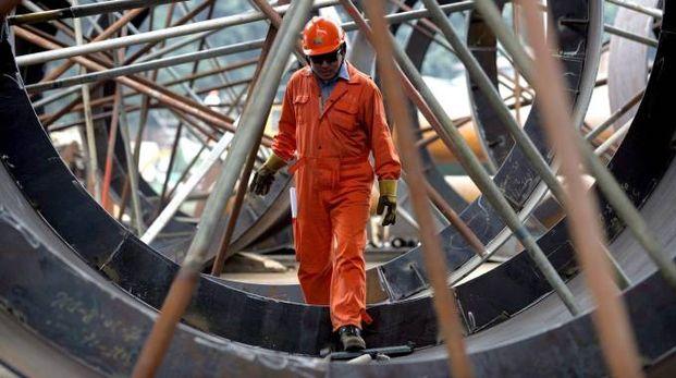 Un operaio metalmeccanico al lavoro (Ansa)
