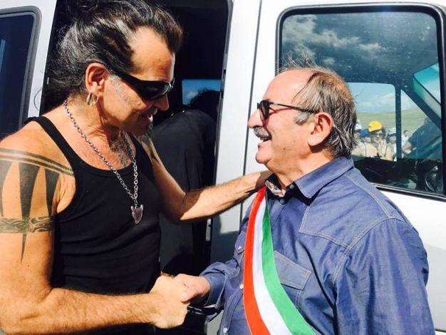 Pelù saluta il sindaco di Arquata (foto Marco Biancucci/ Ufficio Stampa RisorgiMarche)