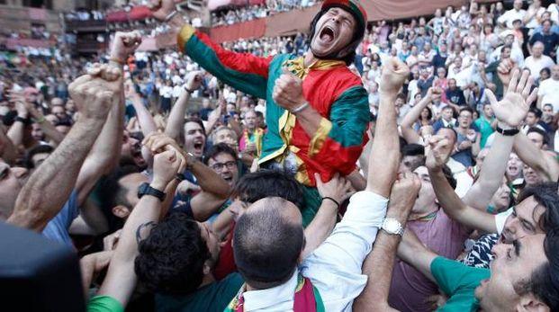 Palio di Provenzano 2018, Brio portato in trionfo dopo la vittoria (foto Lazzeroni)
