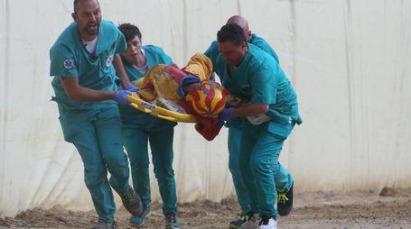 Mannucci mentre viene soccorso (foto Lazzeroni)