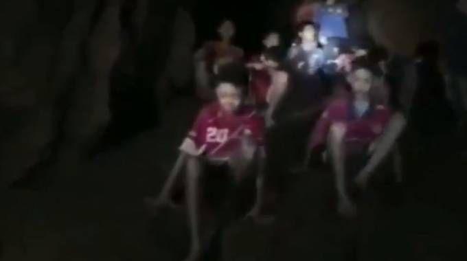 Thailandia, i bambini ritrovati vivi dopo 9 giorni in una grotta (Twitter)