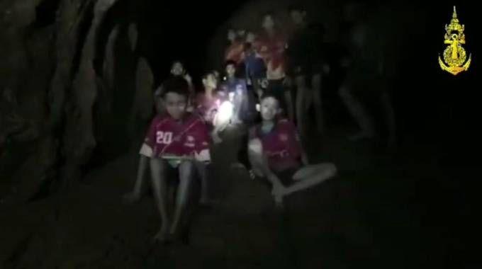 Thailandia, bambini intrappolati in una grotta trovati vivi dopo giorni (Ansa)